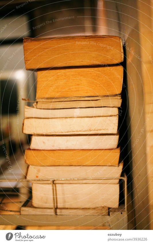 Bücherstapel Stapel Ablage Bücherregal Bildung Buch Literatur Information Studium Lesestoff Papier alt Wissen lernen Roman Weisheit Büchersammlung Sammlung