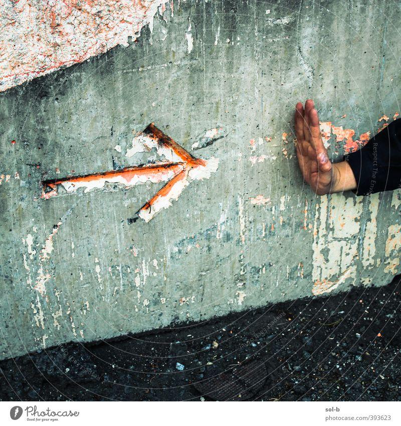 dport | Haltestelle Mensch maskulin Mann Erwachsene Hand 1 Mauer Wand grau rot Macht Vorsicht standhaft Respekt trotzig Pfeil rechts stoppen warten Haltesignal