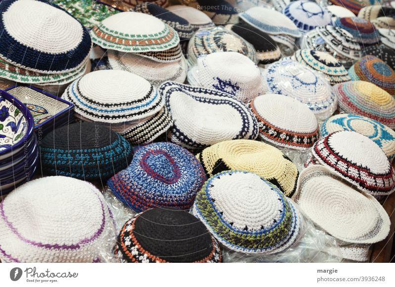 Ein Verkaufstisch mit unterschiedlichen religiösen Kopfbedeckungen für Juden (Kippa) Tradition heilig Kirche Spiritualität Zeichen Symbole & Metaphern