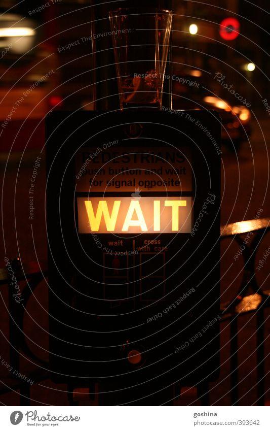 WAIT for the next Drink Ferien & Urlaub & Reisen Stadt Straße Feste & Feiern entdecken London Ampel Nachtleben Verkehrsschild Verkehrszeichen ausgehen