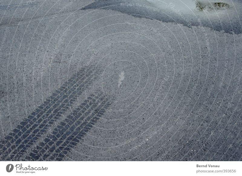 Flüchtige Erscheinung II Sommer schwarz grau PKW nass Spuren Asphalt diagonal Reifenprofil Parkplatz Flucht Pfütze parallel Reifenspuren wegfahren Verdunstung