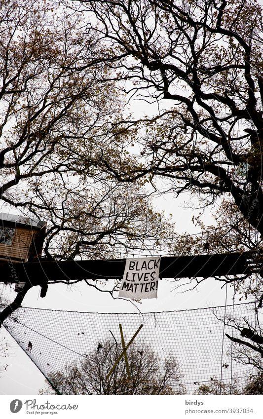 Black lives matter , Transparent an einer Baumhausbrücke im Hambacher Forst. Baumhaus Black Lives Matter Solidarität Menschenrechte Eichen Wald oben Rassismus