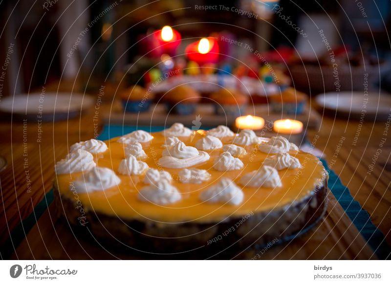 Eierlikörtorte auf gedeckter Kaffeetafel mit Kerzenlicht, Geburtstagstorte Torte süß Kerzenschein feierlich Feste & Feiern Schwache Tiefenschärfe lecker