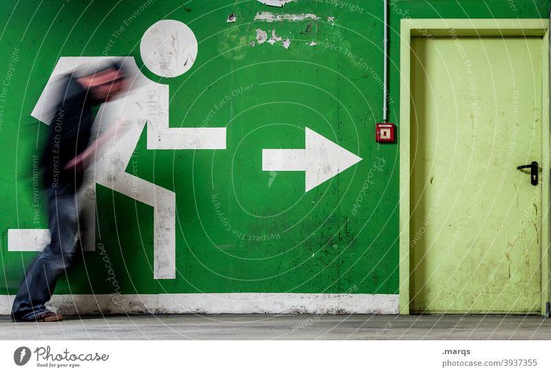 Flucht Tür Feuermelder Piktogramm Zeichen Rettung zielstrebig Eile Fluchtweg richtungweisend Pfeil Bewegung 1 rennen Bewegungsunschärfe außergewöhnlich Ziel