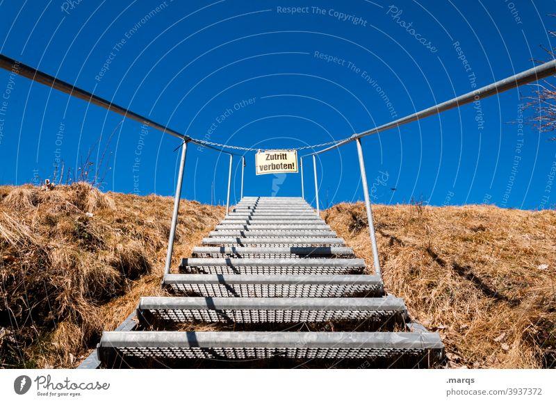 Zutritt verboten! Perspektive Treppe Gras Herbst Wolkenloser Himmel Schönes Wetter gesperrt Verbote Schilder & Markierungen Schriftzeichen Aufstieg Karriere