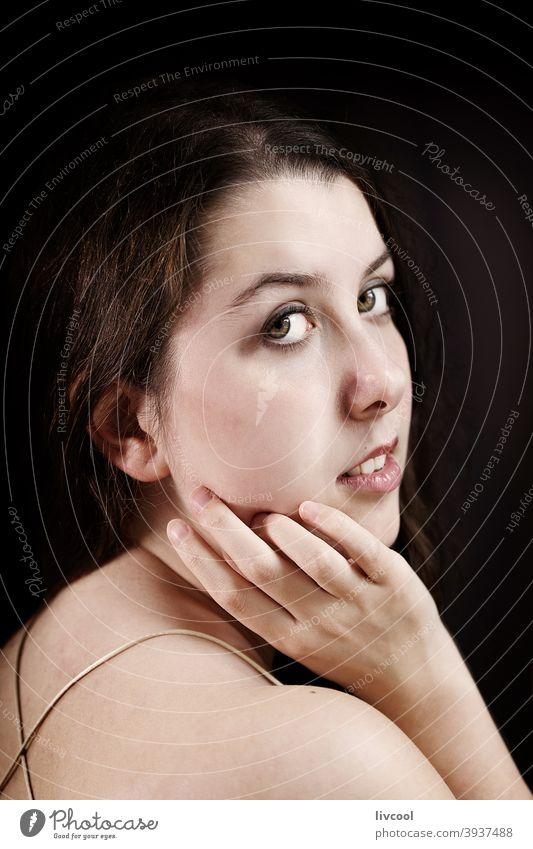 attraktive junge Frau in verführerischer Pose Mädchen Model Teenager begrenzt zu Hause hübsch Schönheit echte Menschen traurige Haltung heimwärts Innenbereich