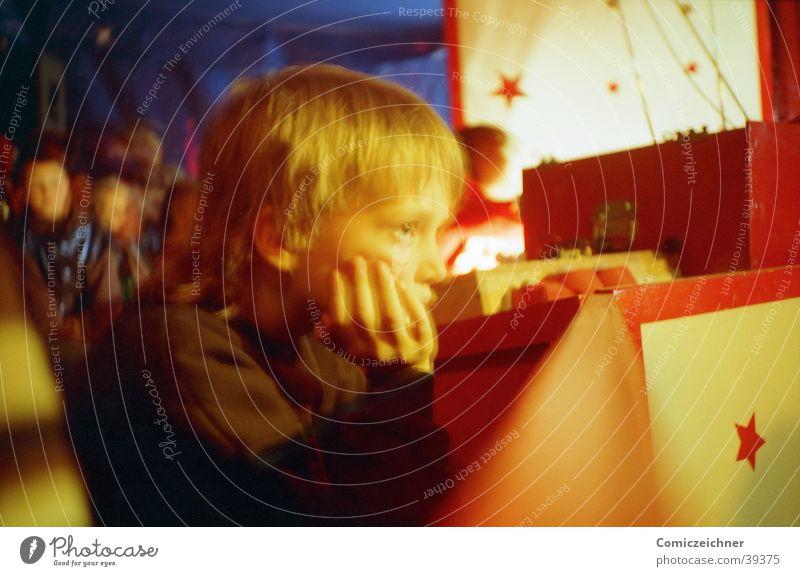 Kind im Zirkus Einsamkeit Junge Traurigkeit Trauer Stern (Symbol) Sehnsucht