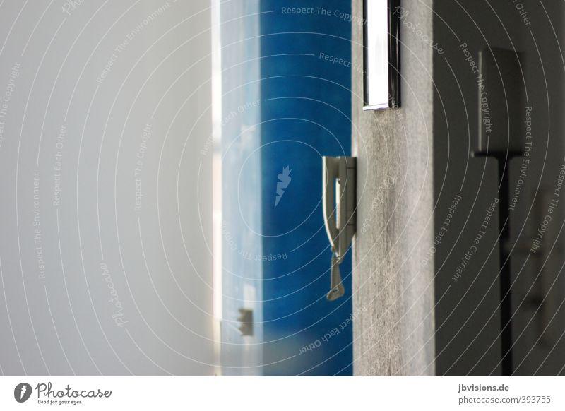 ich geh schon Wohnung Innenarchitektur Flur Klingel Kerze Stimmungsbild Türsprechanlage Überraschung Häusliches Leben Farbfoto Innenaufnahme Menschenleer
