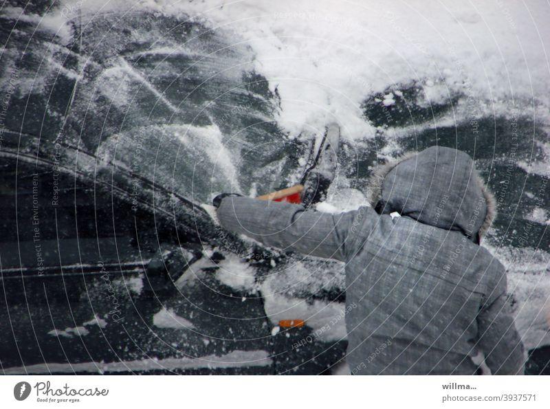 Auto vom Schnee frei fegen eingeschneit Schneefegen Schneefeger Handfeger Schnee räumen Bußgeld Winter winterlich schneebedeckt Eiskratzen Pflicht Mensch Anorak