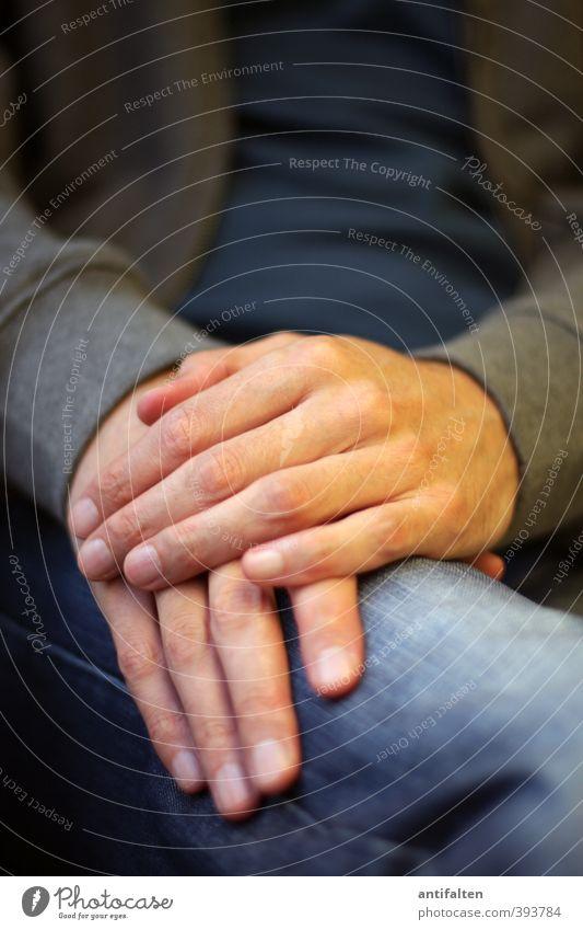 Herr L. aus D. maskulin Mann Erwachsene Körper Brust Arme Hand Finger Beine 1 Mensch 30-45 Jahre Bekleidung T-Shirt Jeanshose Jacke Stoff Jeansstoff berühren