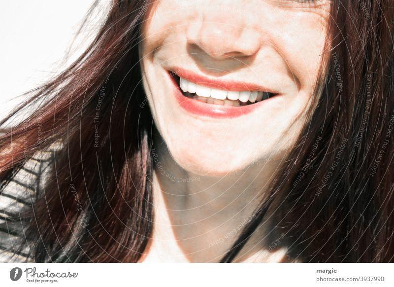 Eine Frau lacht in die Kamera, gezeigt werden nur der Mund und die Nase Frauengesicht Gesicht Mensch feminin Zähne zeigen schöne frau schöne zähne lachen