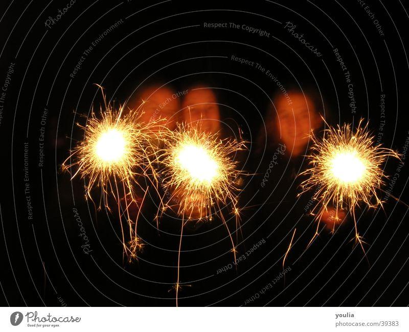 Licht Silvester u. Neujahr Unschärfe Kontrast Wunderkerze Freundschaft Nacht Mensch Funken Party Menschengruppe