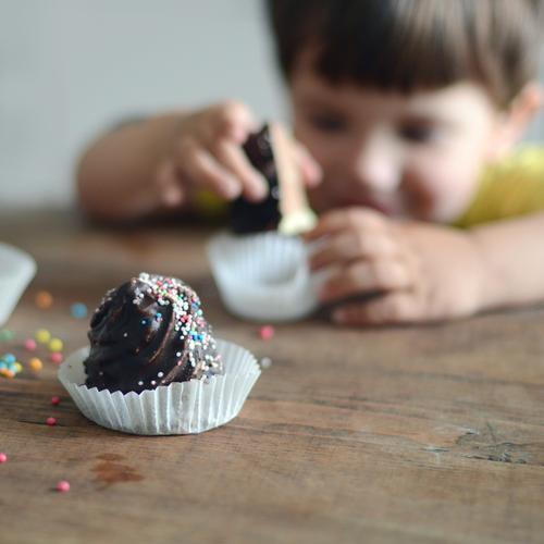 nasch mich Mensch Kind Essen Feste & Feiern Lebensmittel Kindheit Geburtstag Lächeln Ernährung süß genießen Kochen & Garen & Backen geheimnisvoll Kleinkind