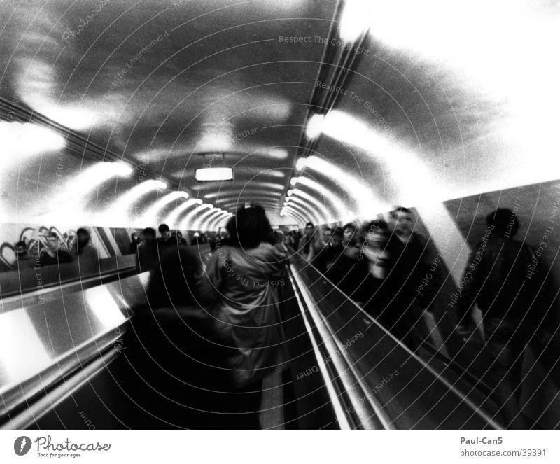 Pariser Metro Unschärfe Rolltreppe Eile Tunnel Menschengruppe U-Bahn Bewegung Schwarzweißfoto