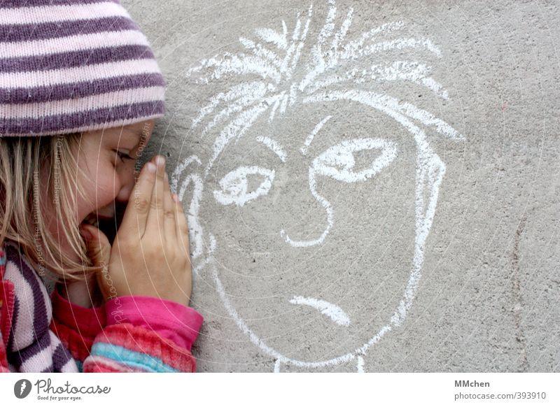 Ich verrate dir was Freizeit & Hobby Spielen Kind Mädchen 1 Mensch 2 3-8 Jahre Kindheit Mauer Wand Beton Graffiti Lächeln frei Fröhlichkeit grau