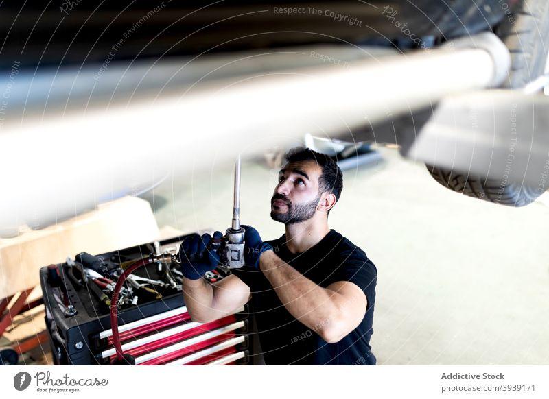 Mechaniker mit professionellem Werkzeug repariert Auto Mann PKW Dienst fixieren Reparatur Automobil Techniker Instrument männlich Verkehr Garage Flugzeugwartung