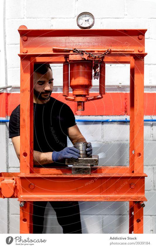 Männlicher Mechaniker mit Autolager in der Werkstatt Mann PKW Lager Presse Dienst Arbeit Detailaufnahme Metall Mechanismus männlich Techniker Job Fahrzeug