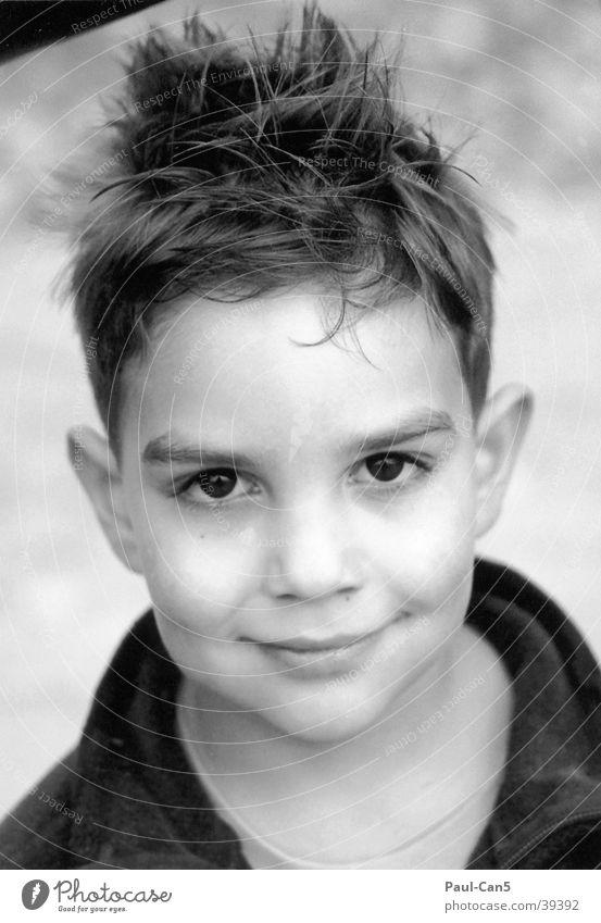Junge Kind Mann lachen maskulin Kurzhaarschnitt