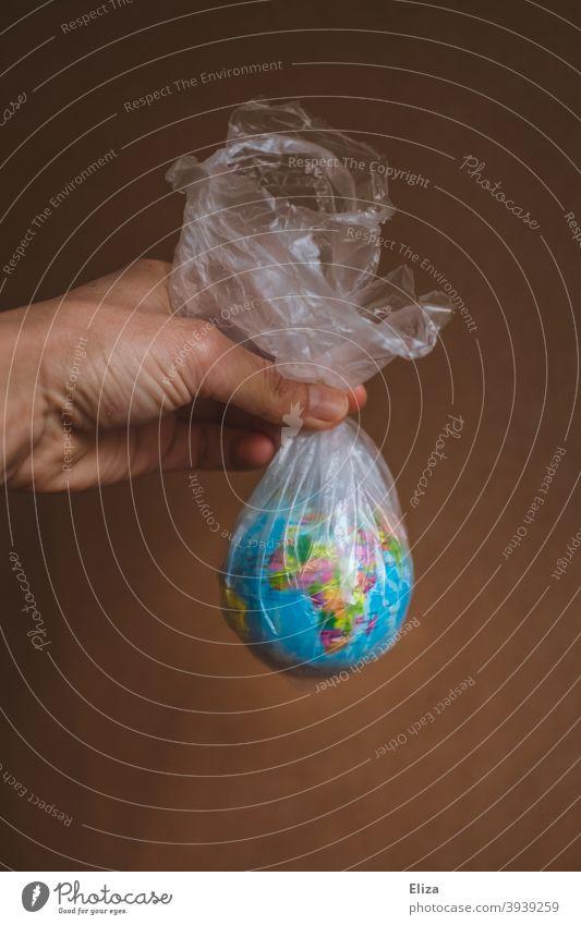 Die Welt gefangen in Plastik Erde Umweltverschmutzung Plastiktüte Müll Kunststoff Problematik Verpackung Plastikmüll Kunststoffverpackung Umweltschutz