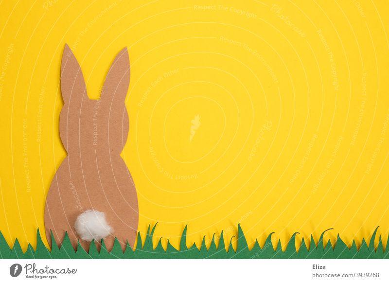 Bastelarbeit zu Ostern - Osterhase sitzt im Gras vor gelbem Hintergrund basteln Hase Papier Frühling Osterdekoration Hase & Kaninchen
