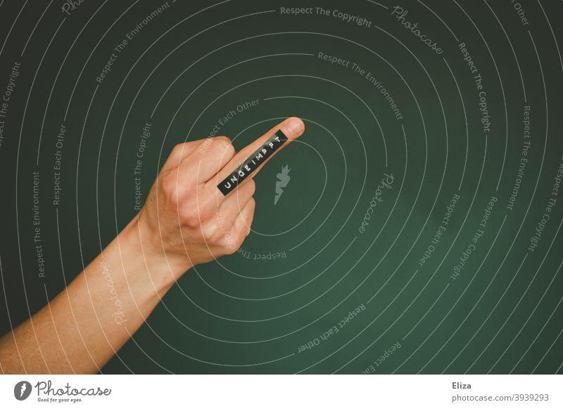 Mittelfinger auf dem ungeimpft steht. Impfung Impfgegner Ausgrenzung Impfpflicht Solidarität Wut Impfbereitschaft Gesellschaft Stinkefinger Geste Text