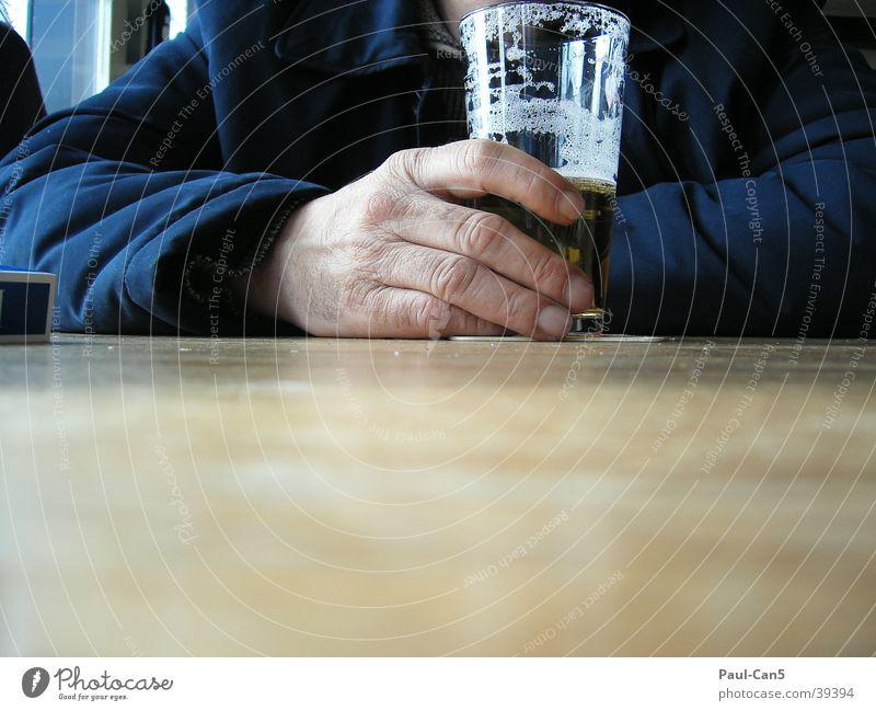 durst Mann Hand Glas Perspektive Bier Alkohol Durst durstig
