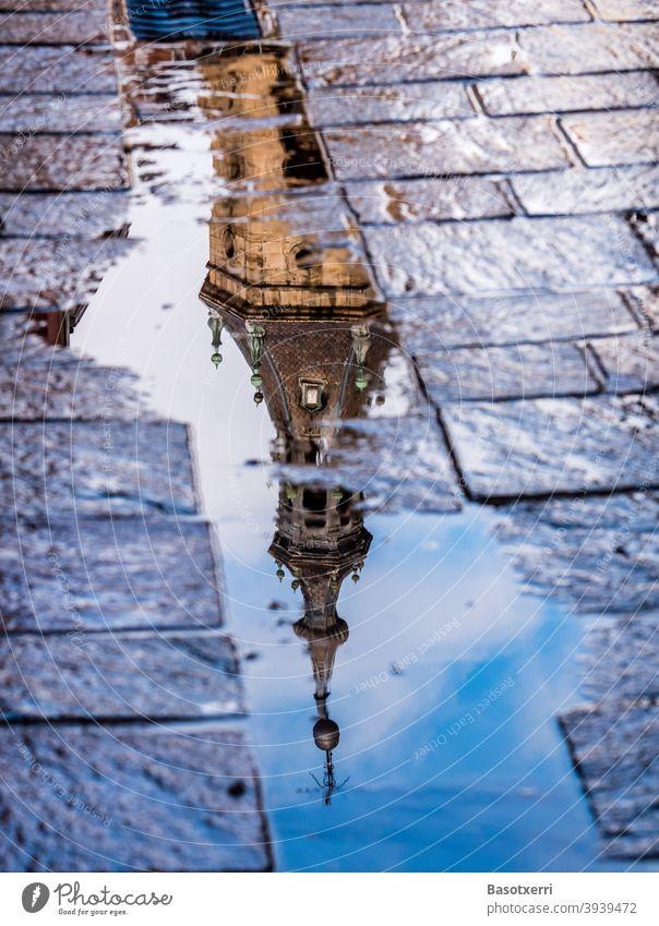 Turm der San-Pedro-Kirche spiegelt sich in einer Pfütze der Altstadt von Vitoria-Gasteiz, Baskenland, Spanien San Pedro Kirchturm Glockenturm Spiegelung Reise