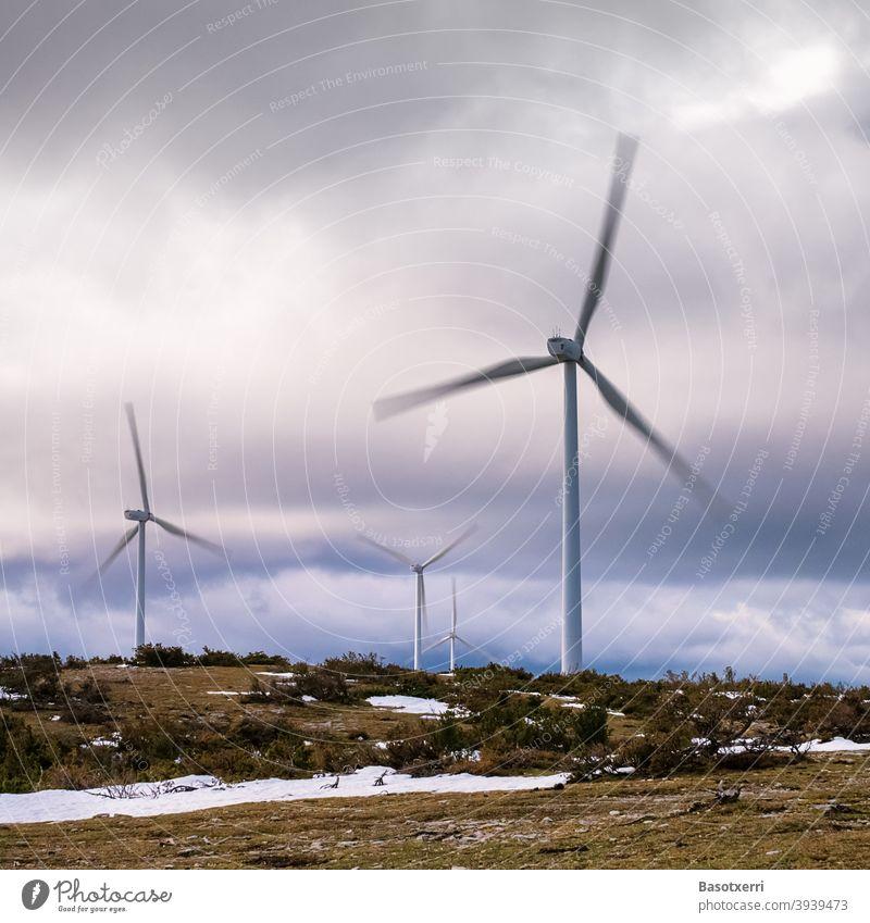Windkraftanlagen im Windpark in der Natur, Rotoren in Bewegung Windenergie Erneuerbare Energie Energiewirtschaft Windrad Himmel Umweltschutz Elektrizität