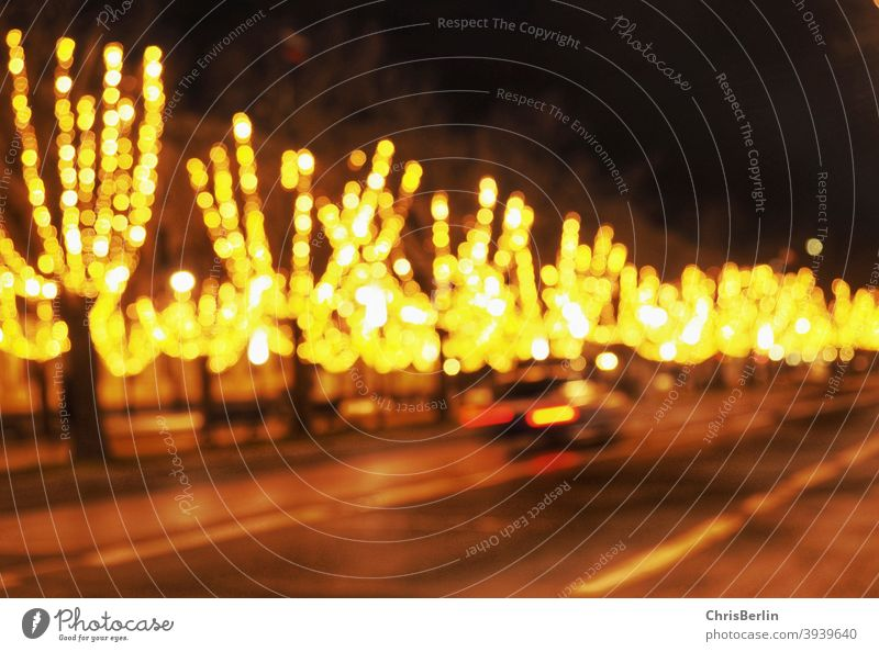 beleuchtete Baumallee unscharf baum Straße weihnachtlich gelbe lichter nachts bunt dunkel draussen Winter kalt Lichter Stadtlandschaft Stadtlicht menschenleer