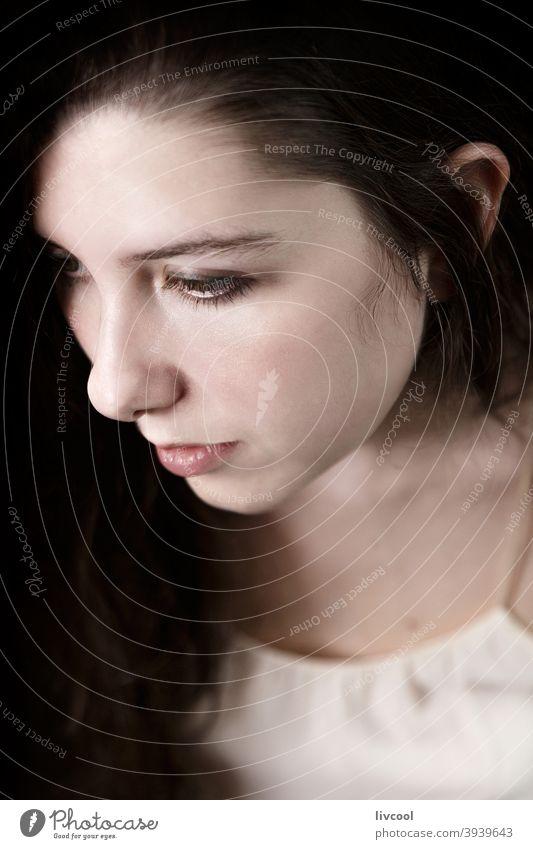 melancholischer Teenager im Heim Mädchen Model jung begrenzt zu Hause hübsch Schönheit echte Menschen traurige Haltung heimwärts Innenbereich Hand