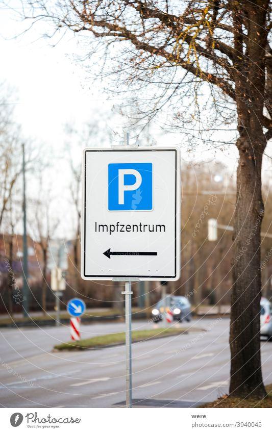 Parkschild an einer Straße mit dem Hinweis auf das Covid-Impfzentrum deutscher Text Zentrum Covid-Impfstelle Deutscher Text retten Anti-Impfung