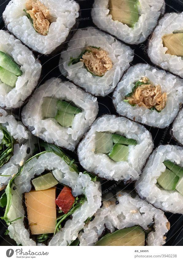 Sushi Lebensmittel Reis Japan Gesundheit Meeresfrüchte Restaurant Abendessen Brötchen Fisch Lachs Mittagessen Thunfisch Japaner Essstäbchen Sushi-Rolle
