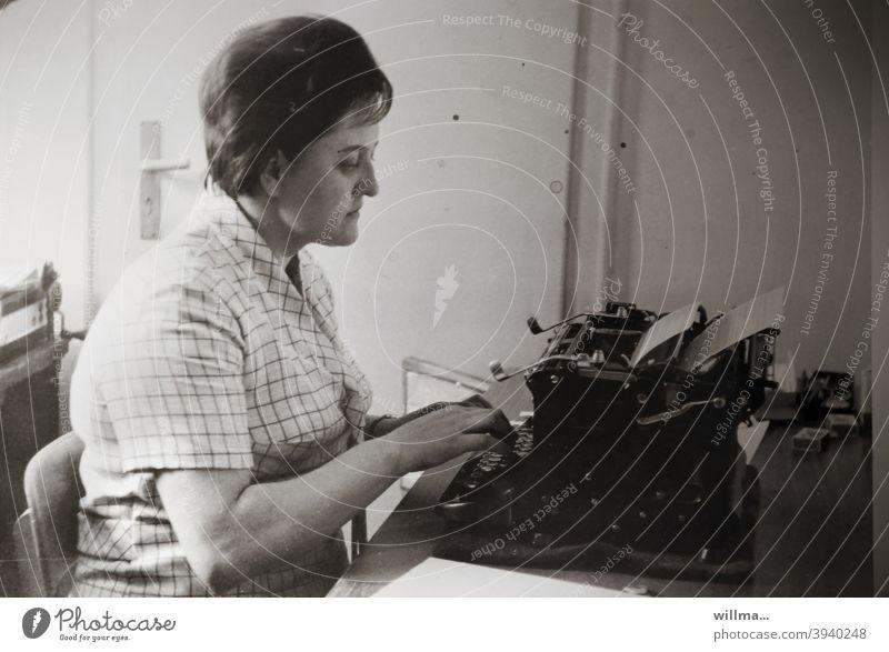 die Tippmamsell Schreibmaschine Frau Schreibkraft Büro Sekretärin nostalgisch schreiben Tippen Tastatur Arbeitsplatz Arbeit & Erwerbstätigkeit arbeiten früher