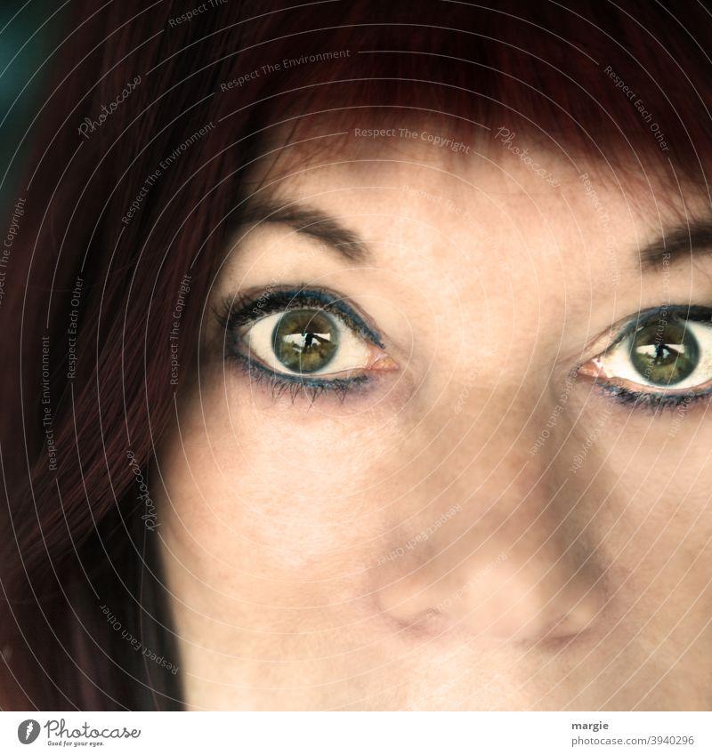 Eine Frau mit aufgerissenen Augen Gesicht Porträt Nase Kopf feminin Mensch Erwachsene Haare & Frisuren erschreckt aufgerissene augen ausschnitt portrait