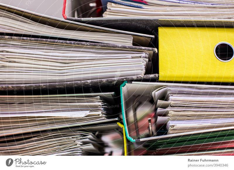 unordentlich liegen viele Aktenordner übereinander Büro Anträge unsortiert Papier Arbeitsplatz Büroarbeit Menschenleer Studium Nahaufnahme Ordnung