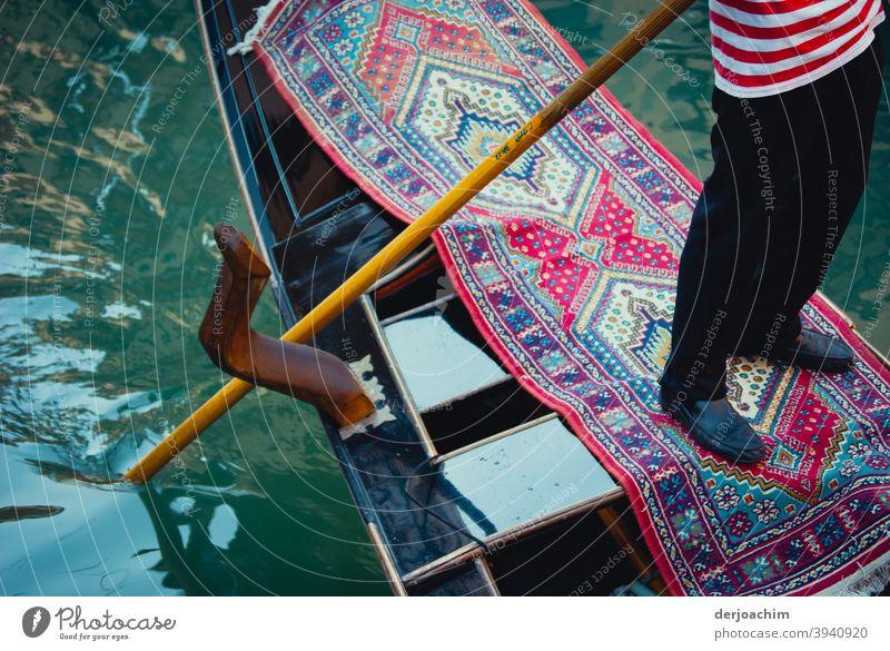 Der Gondoliere im Boot steht  auf einem  Teppich Venedig Italien Canal Grande Wasserfahrzeug Kanal Gondel (Boot) Tourismus Bootsfahrt Ferien & Urlaub & Reisen