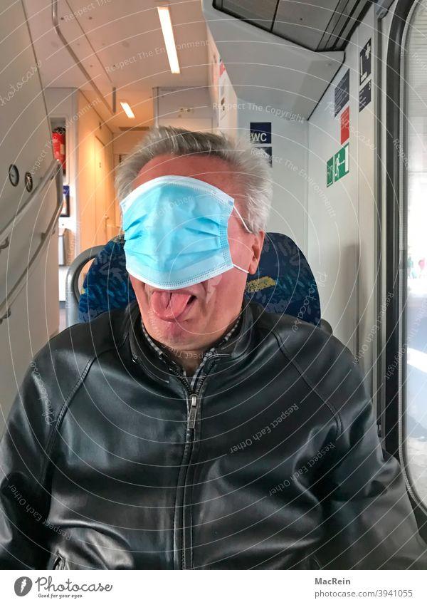 Mann mit Mund- und Nasenschutz verdeckt sein Gesich in einem öffetlichen Verkehrsmittel 65-75 Jahre Covid 19 Corona Farbfoto Ignorant Innenaufnahme
