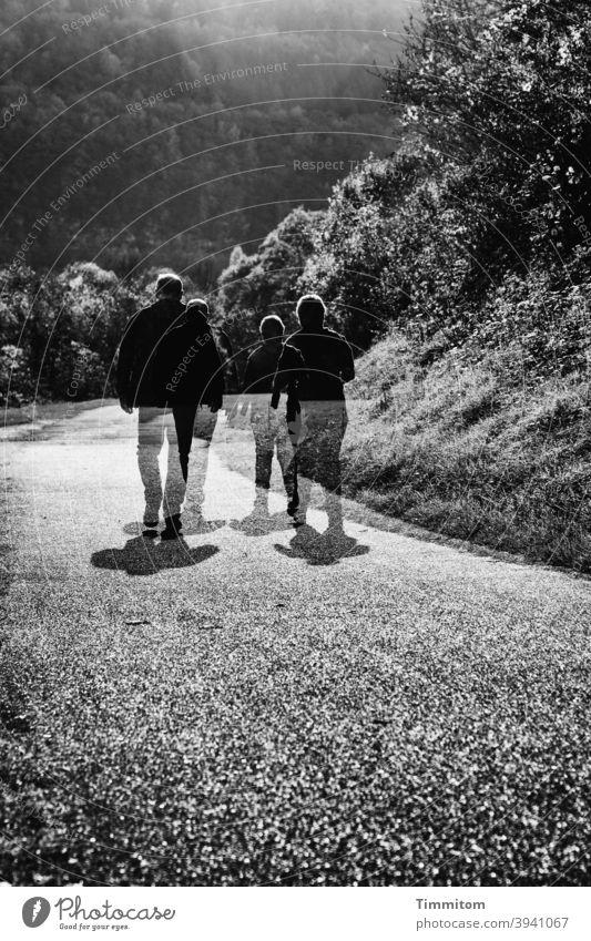 Das Wa-handern ist so eine Sache wandern Paar paarweise Wege & Pfade gehen Doppelbelichtung Hügel Wald Bäume Spaziergang Schwarzweißfoto
