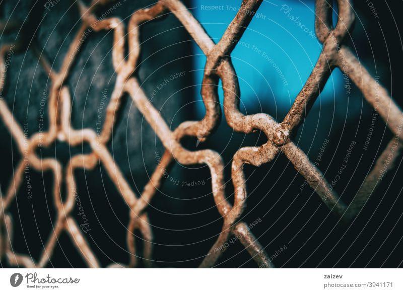 Fenster mit rostigem Gitter mit eingearbeitetem Muster Schmieden Schutz verziert Borte Kurve Anwesen sicheres privat Sicherheit Rahmen Ornament Begrenzung Stab