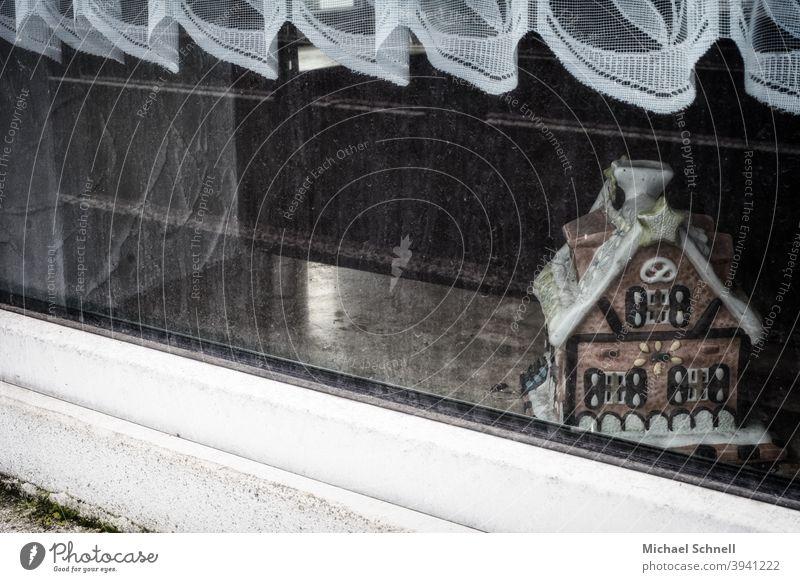 Zuckerhäuschen im Fenster eines verlassenen Hauses Verlassenes Haus Zuckerhaus Einsamkeit stille dreckige Scheibe lost places
