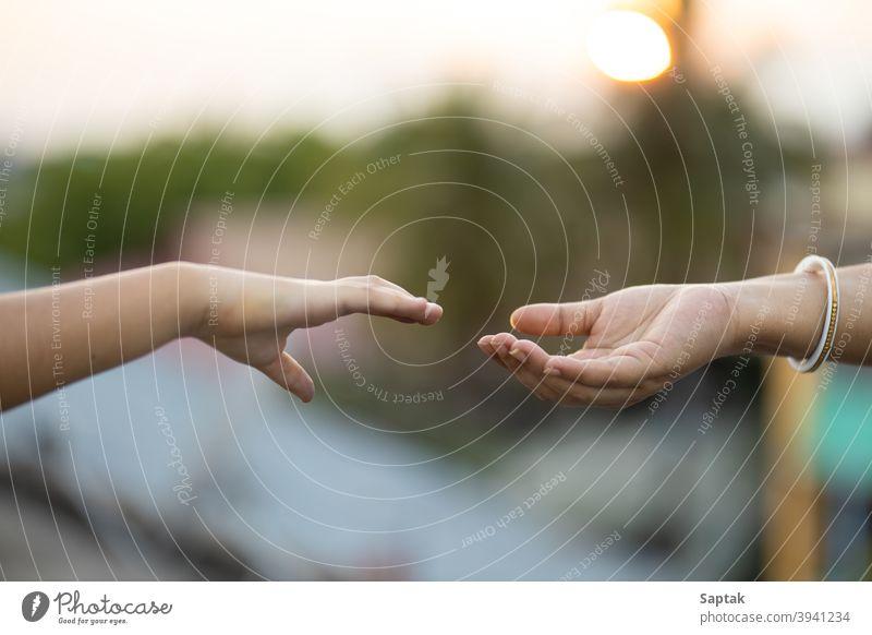 Kind und Frau reichen sich bei Sonnenuntergang die Hände Halt Bonden Zusammengehörigkeitsgefühl Windstille Mutter Tochter Hilfsbereitschaft Unterstützung Geben