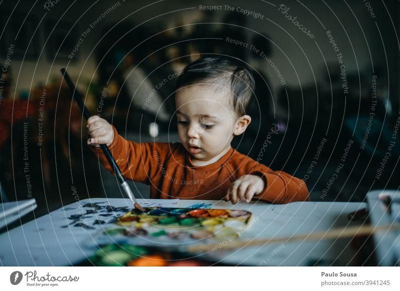 Kleinkind malt mit Wasserfarben Gemälde Kunst Kreativität mehrfarbig Freizeit & Hobby Aquarell malen Innenaufnahme Nahaufnahme authentisch 1-3 Jahre zeichnen