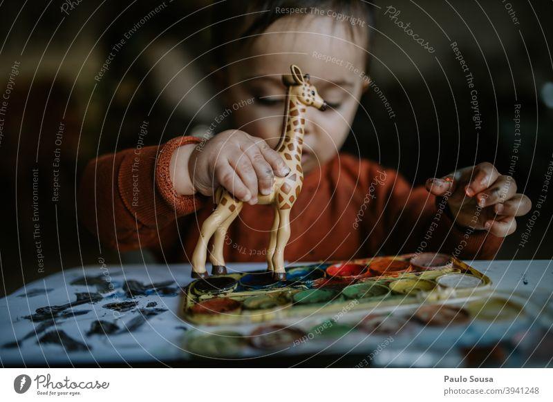 Kleinkind spielt mit Spielzeug authentisch Giraffe Kaukasier 1-3 Jahre Glück Kind Kindheit Farbfoto Mensch Lifestyle Freude Fröhlichkeit Tag Spielen