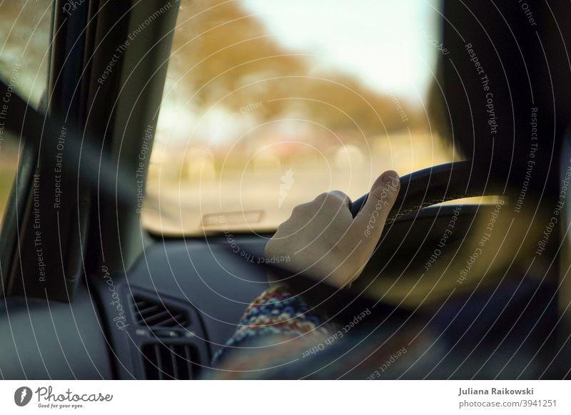 Frau am Steuer Autofahren Verkehr Farbfoto Verkehrswege Straße Straßenverkehr PKW Verkehrsmittel Geschwindigkeit Autobahn Personenverkehr Fahrzeug