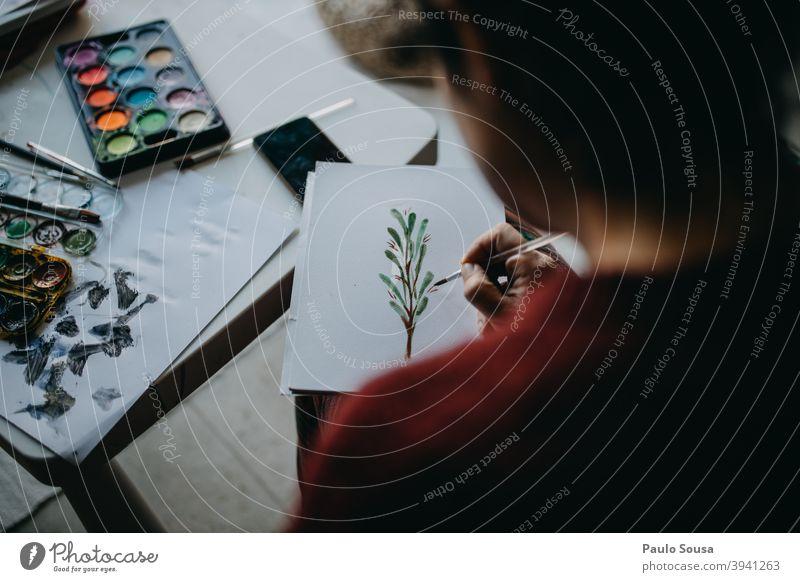Frau malt mit Aquarell zu Hause Wasserfarbe Gemälde Kreativität malen Nahaufnahme Papier Farbfoto Freizeit & Hobby mehrfarbig Anstreicher Kunstwerk