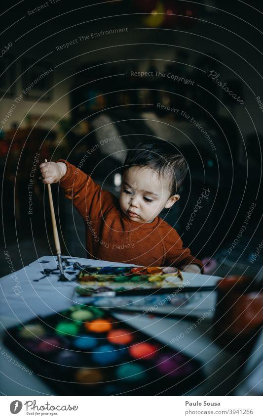Kleinkind Malerei zu Hause Kind Kindheit Gemälde Wasserfarbe Kreativität Konzentration zeichnen Zeichnung Freizeit & Hobby malen Künstler mehrfarbig Farbfoto