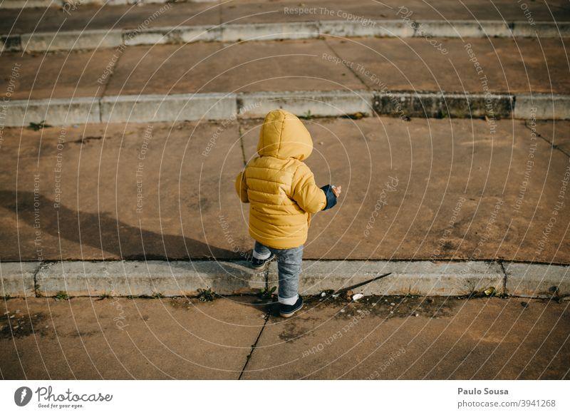 Rückansicht Kleinkind beim Treppensteigen Kind 1-3 Jahre lässig unkenntlich Klettern erste Schritte Mensch Farbfoto Kindheit Außenaufnahme Junge Tag