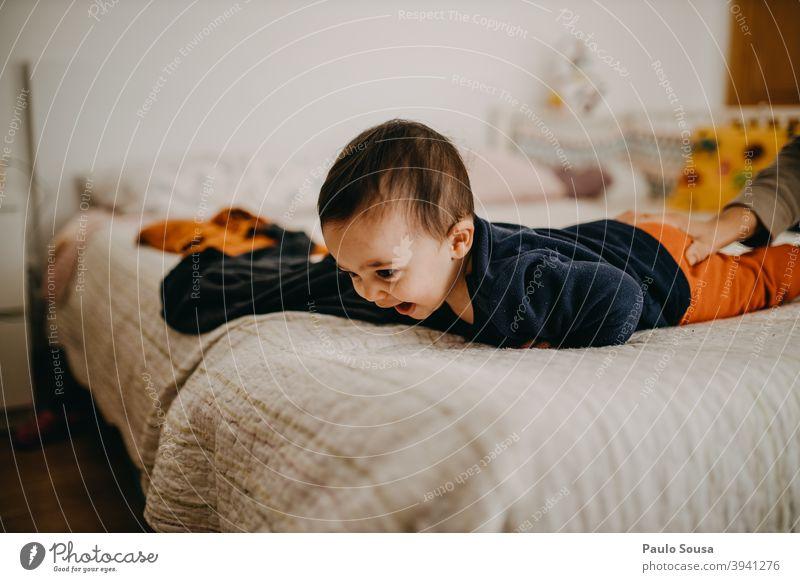Kleinkind lächelnd Lächeln zu Hause Familie & Verwandtschaft Bett Schlafzimmer heimwärts Kind Glück Liebe Lifestyle Kindheit Mutter Eltern authentisch