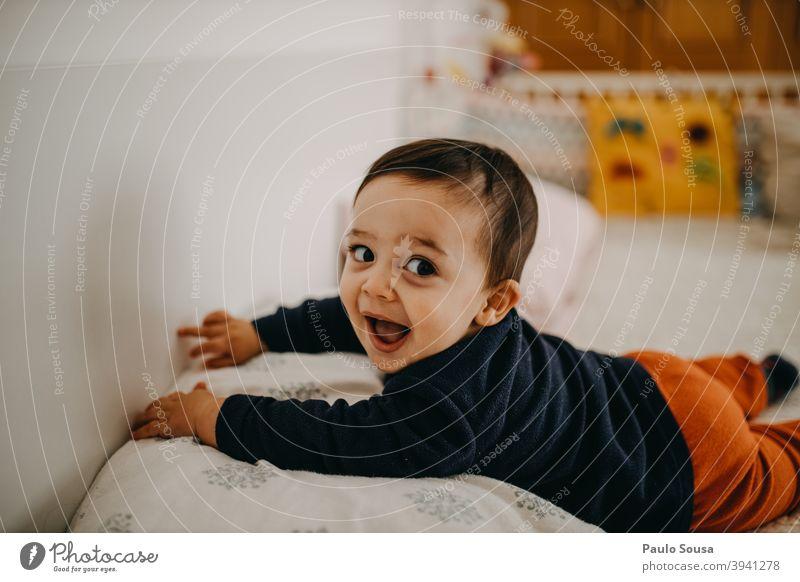 Kleinkind lächelnd Kind Lächeln Glück Fröhlichkeit authentisch Kindheit Lifestyle Freude Menschen Farbfoto Kaukasier 1-3 Jahre Familie & Verwandtschaft Spielen