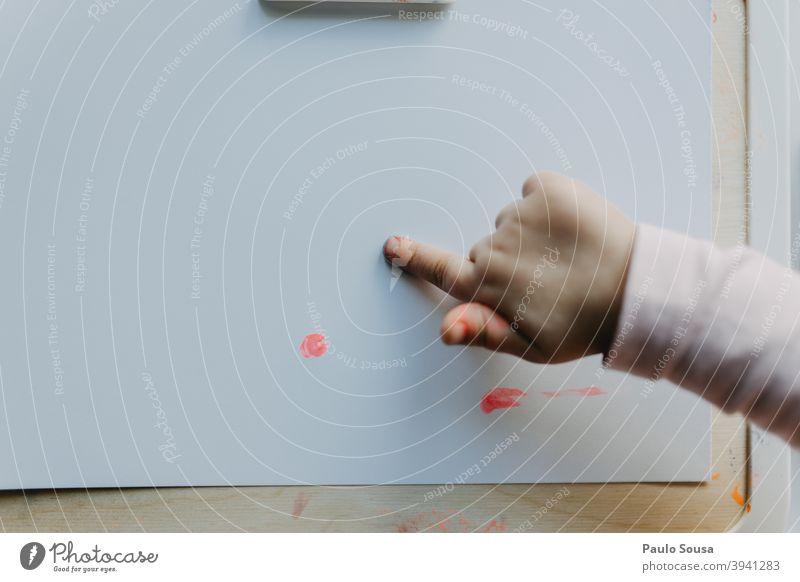 Close up Kind Hand Malerei mit Fingern Gemälde streichen Pinselblume Anstreicher Farbfoto Kunst Künstler malen Farbe Kreativität zeichnen mehrfarbig Kunstwerk